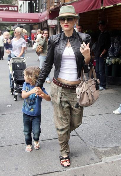 Gwen Stefani lascia il suo albergo con il figlio Kingston