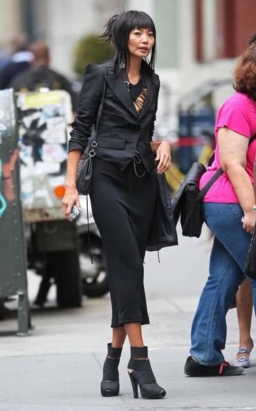 Irina Pantaeva fuori dal negozio di Vivienne Tam in Soho a New York City