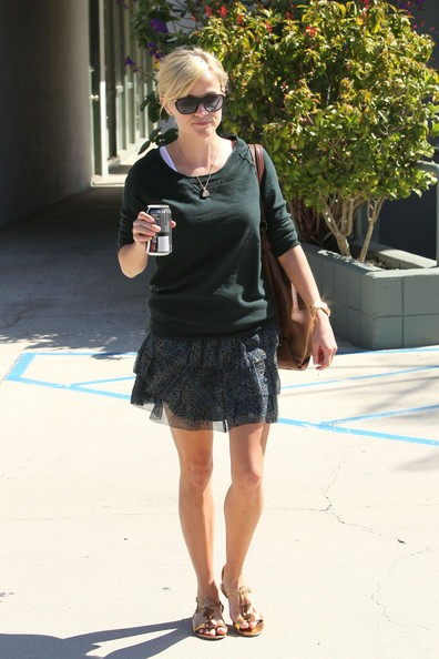 Reese Witherspoon torna alla sua auto a Brentwood