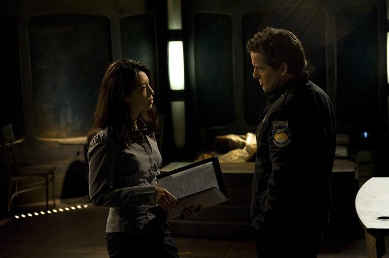 Camille (Ming-Na) parla con Young (Justin Louis) nell'episodio Aftermath di Stargate Universe