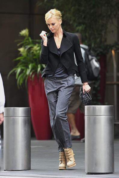Charlize Theron esce dal suo albergo di New York