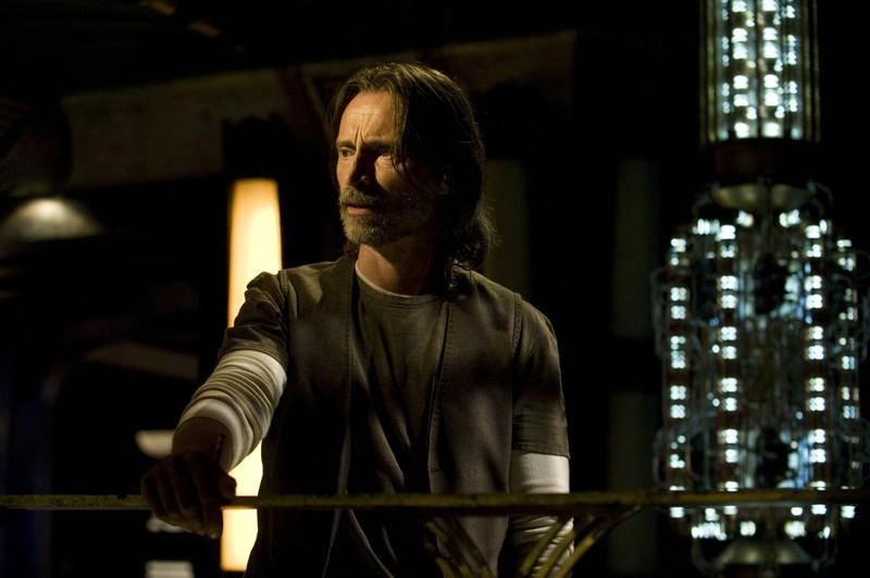 Il Dott. Rush (Robert Carlyle) nell'episodio Aftermath di Stargate Universe
