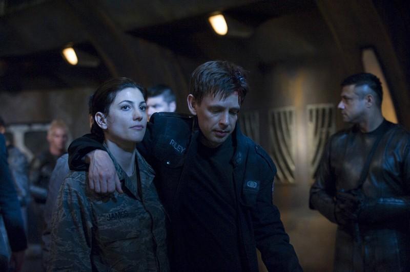 Julia (Vanessa James) sorregge Riley (Haig Sutherland) nell'episodio Intervention di Stargate Universe