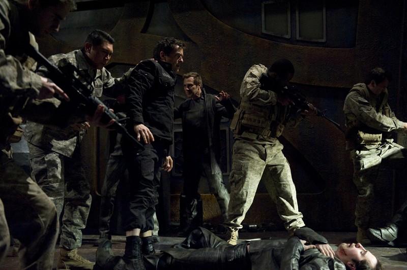 Mike Dopud, Justin Louis e Lou Diamond Phillips dopo la rivolta in: Aftermath di Stargate Universe