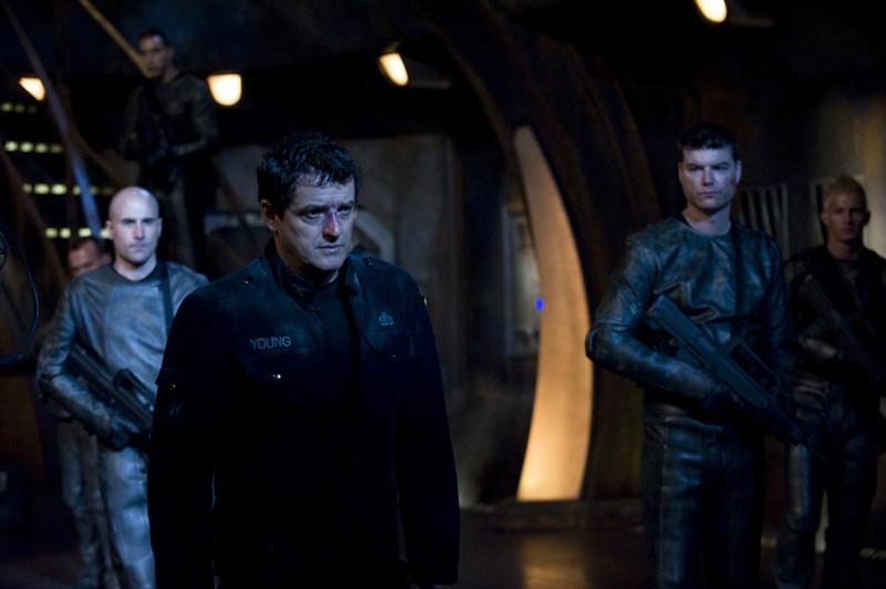 Una scena dell'episodio Intervention di Stargate Universe con Justin Louis