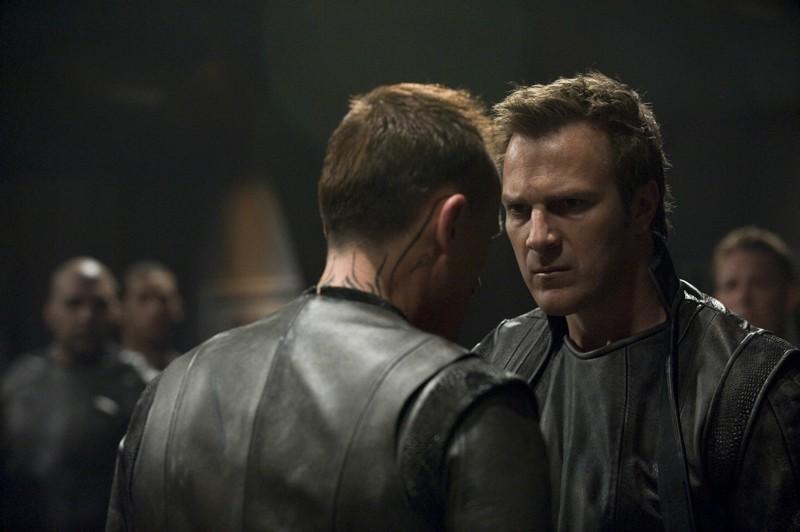 Varro (Mike Dopud) parla con un suo sottoposto nell'episodio Aftermath di Stargate Universe