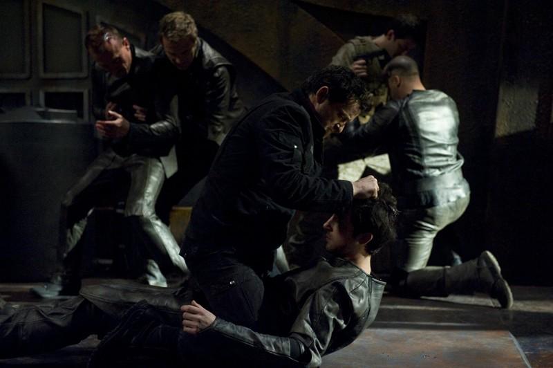 Young (Justin Louis) affronta un soldato della Lucian Alliance nell'episodio Aftermath di Stargate Universe