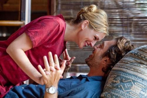 Julia Roberts e Javier Bardem in una scena romantica del film Mangia, prega, ama