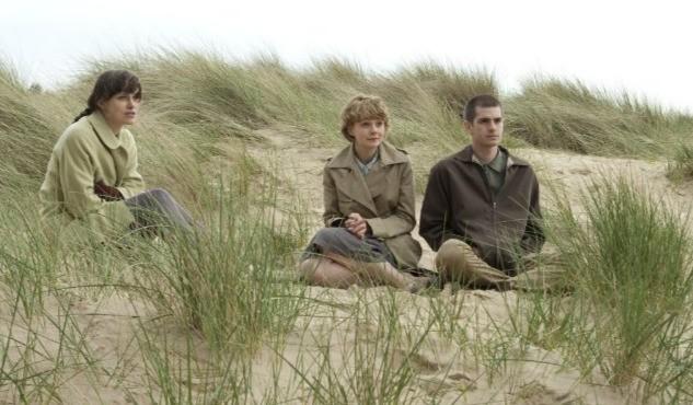 Keira Knightley, Andrew Garfield e Carey Mulligan in una suggestiva immagine di Never Let Me Go