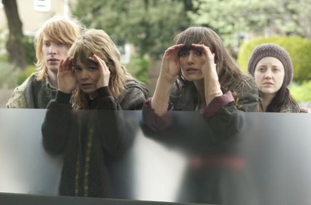Keira Knightley e Carey Mulligan in un'immagine divertente del film Never Let Me Go