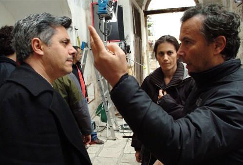 Sul set di Uerra, Paolo Sassanelli dà alcune indicazioni di regia a Dino Abbrescia
