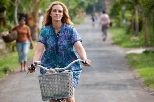 Una rilassata Julia Roberts nel film Mangia, prega, ama