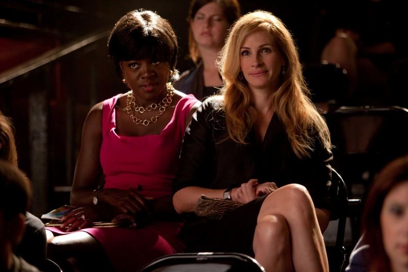 Viola Davis e Julia Roberts in una scena del film Mangia, prega, ama