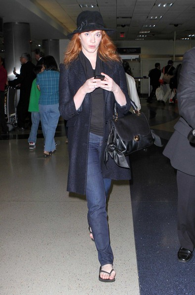 Christina Hendricks all'aeroporto LAX di Los Angeles