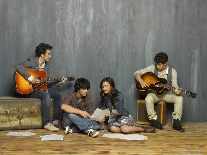 Demi Lovato e i Jonas Brothers in una foto promozionale di Camp Rock 2