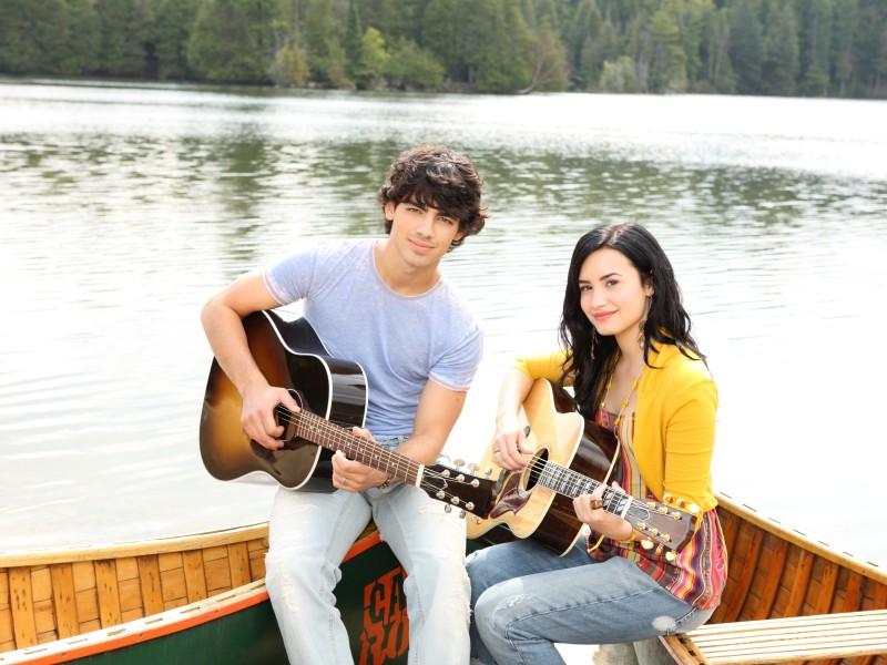 Demi Lovato e Joe Jonas in una foto promozionale di Camp Rock 2