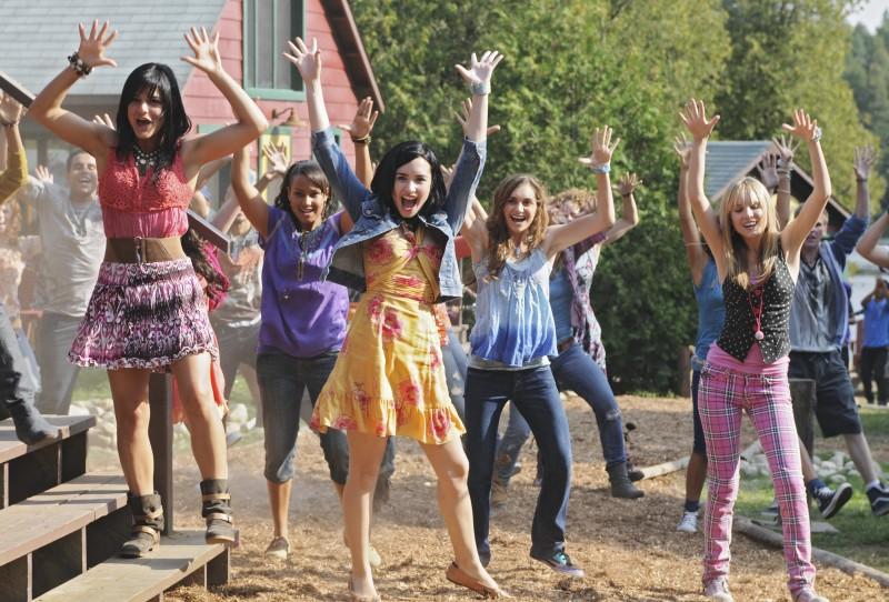 Demi Lovato, Jasmine RIchards, Alyson Stoner e Meaghan Martin in una scena di Camp Rock 2
