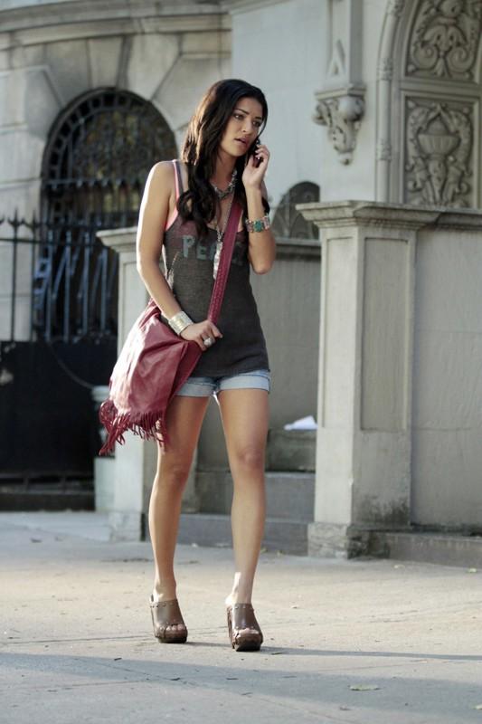 Jessica Szohr per strada nell'episodio Belles de Jour di Gossip Girl
