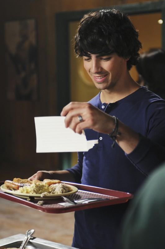 Joe Jonas in una scena di Camp Rock 2