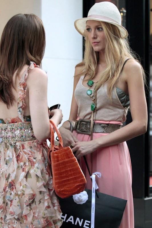 Leighton Meester (di spalle) e Blake Lively nella puntata Belles de Jour di Gossip Girl