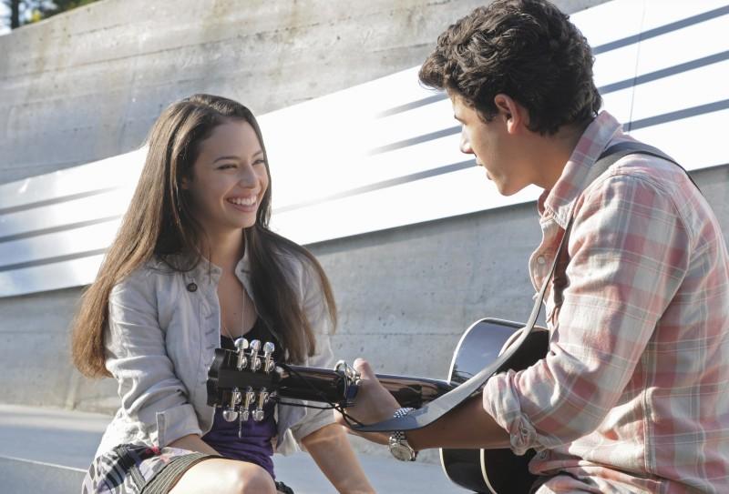 Nick Jonas e Chloe Bridges in una scena di Camp Rock 2