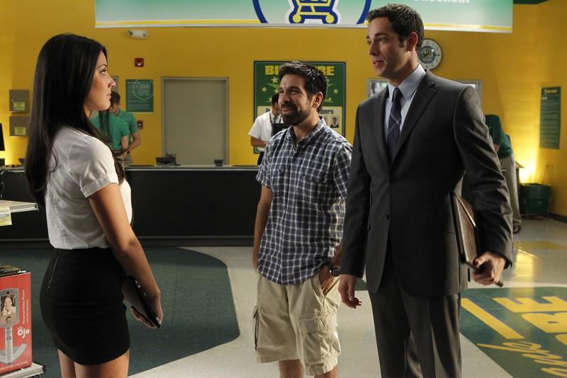 O. Munn, J. Gomez e Z. Levi al Buy More nell'episodio Chuck Versus the Anniversary