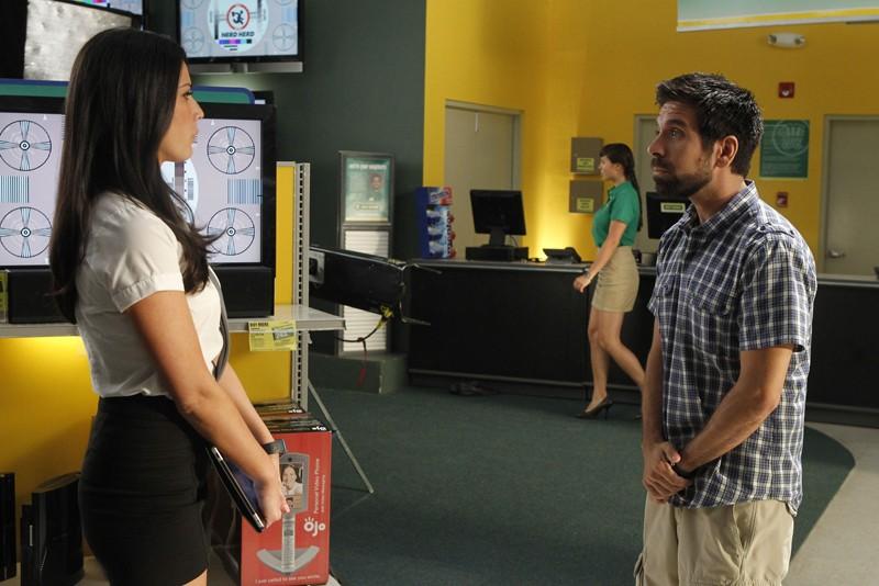 Olivia Munn e Joshua Gomez in una scena dell'episodio Chuck Versus the Anniversary
