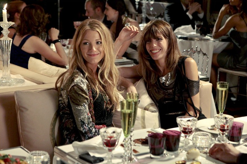 Serena (Blake Lively) e Lou Doillon a tavola assieme nell'episodio Belles de Jour di Gossip Girl