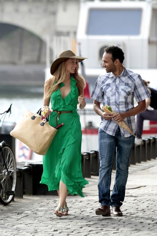 Serena (Blake Lively) passeggia con un uomo misterioso nell'episodio Belles de Jour di Gossip Girl