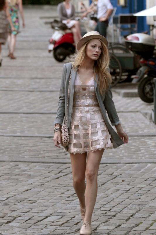 Serena (Blake Lively) per le strade di Francia nell'episodio Belles de Jour di Gossip Girl