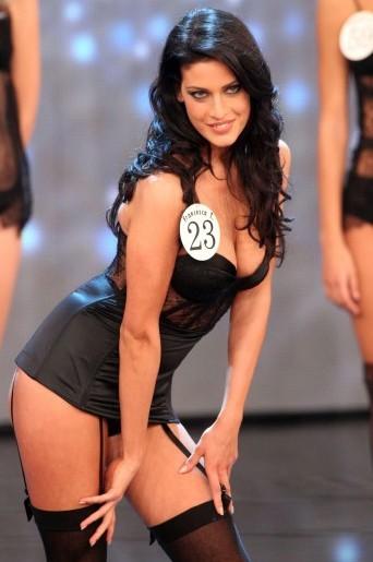 Una seducene Francesca Testasecca durante il concorso per la fascia di Miss Italia