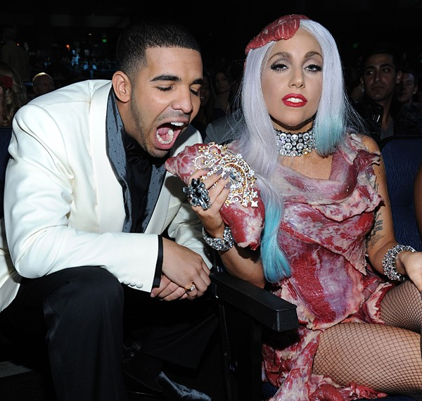 Drake cerca di addentare la borsetta di Lady GaGa ai MTV Video Awards 2010