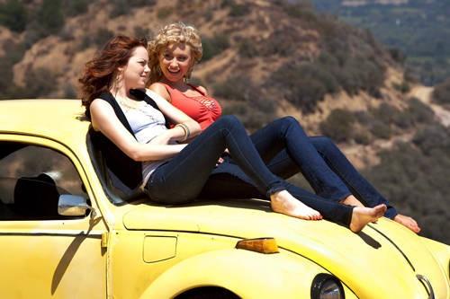 Emma Stone con Aly Michalka in un'immagine di Easy A