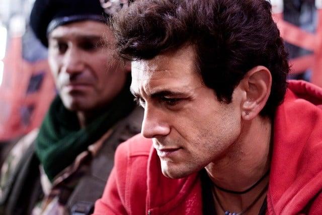 Un primo piano di Vinicio Marchioni in una scena del film Venti sigarette di A. Amadei