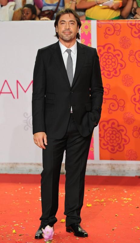 Javier Bardem alla premiere romana del film Mangia, prega, ama. L'attore indossa un completo nero realizzato su misura di Gucci