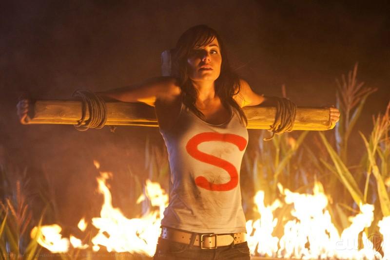 Lois (Erica Durance) tra le fiamme nell'episodio Lazarus di Smallville