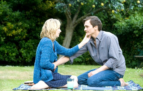 Natascha McElhone e Rupert Friend in una scena del film The Kid