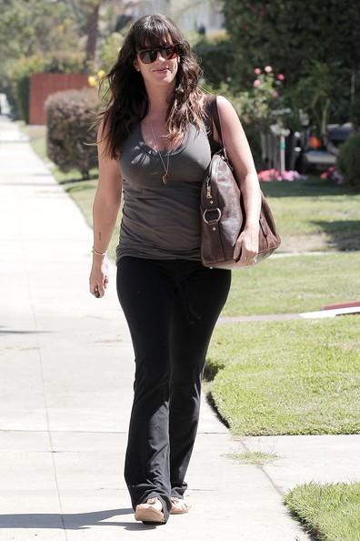 Una raggiante e incinta Alanis Morissette si ferma a casa di un amico a Hollywood
