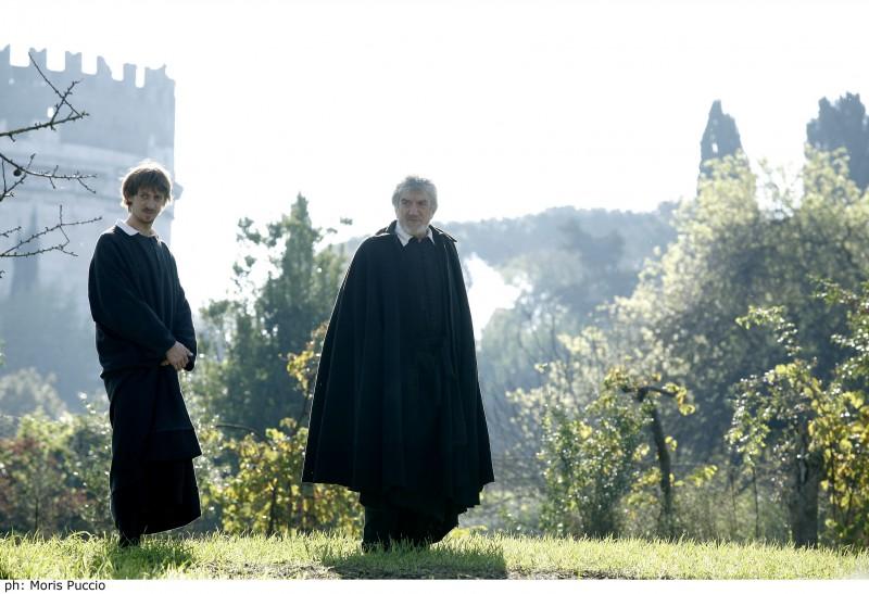 Gigi Proietti è San Filippo Neri in un momento della fiction Preferisco il Paradiso