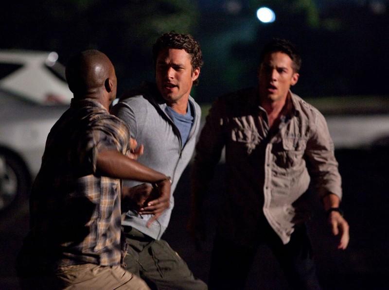 Mason (Taylor Kinney) divide Carter (B.J. Britt) da Tyler (Michael Trevino) nell'episodio Brave New World di Vampire Diaries