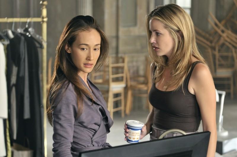 Julie Gonzalo parla con Maggie Q in una sequenza dell'episodio Kill Jill di Nikita