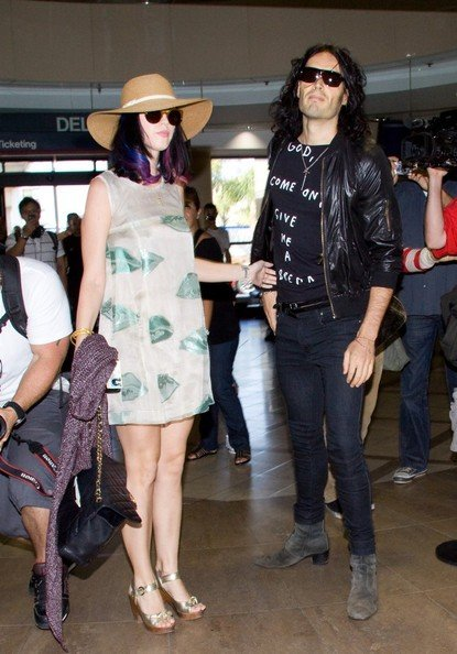 Katy Perry e Russell Brand circondati da sciami di fotografi al Los Angeles International Airport