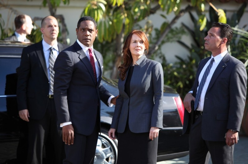 Laura Innes e Blair Underwood in una scena del pilot di The Event