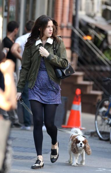 Liv Tyler passeggia con il cane