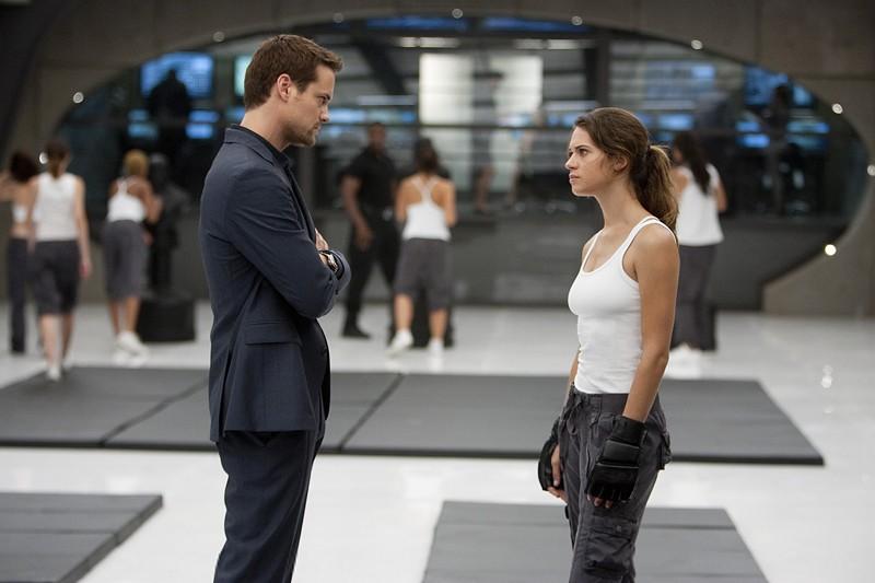 Lyndsy Fonseca e Shane West in una scena dell'episodio 2.0 di Nikita