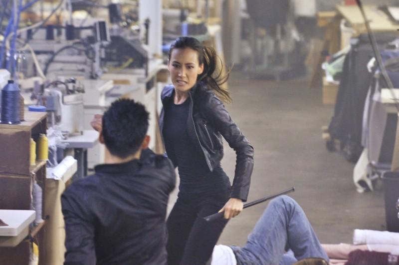 Maggie Q in una scena d'azione nell'episodio Rough Trade di Nikita