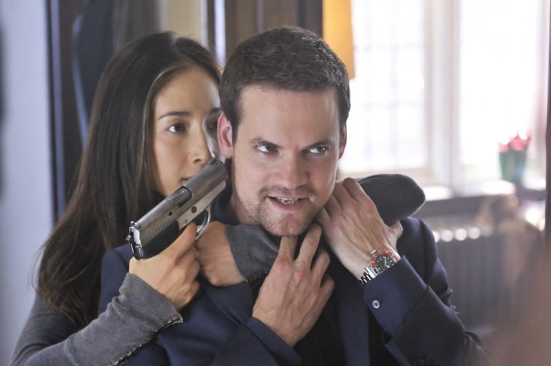 Maggie Q punta la pistola alla testa di Shane West nell'episodio Kill Jill di Nikita