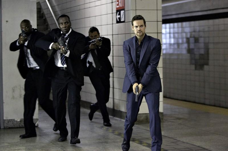 Michael (Shane West) e altri agenti nell'episodio 2.0 di Nikita