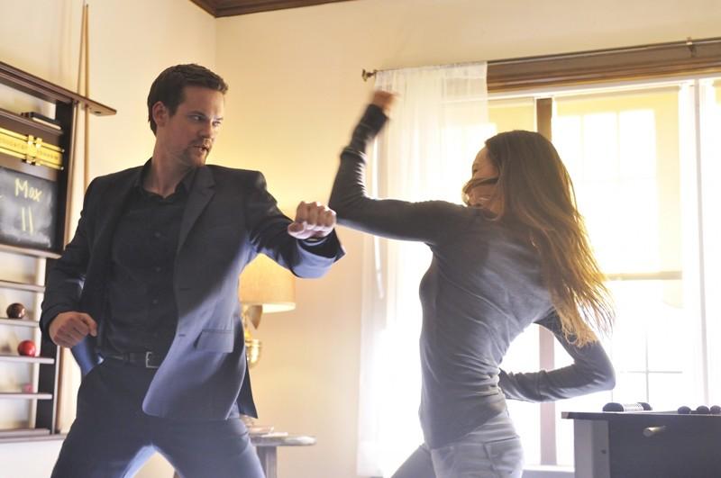 Nikita (Maggie Q) combatte con Michael (Shane West) in una scena dell'episodio Kill Jill di Nikita
