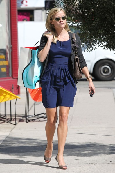 Reese Witherspoon si concede un po' di shopping nelle boutique di West Hollywood